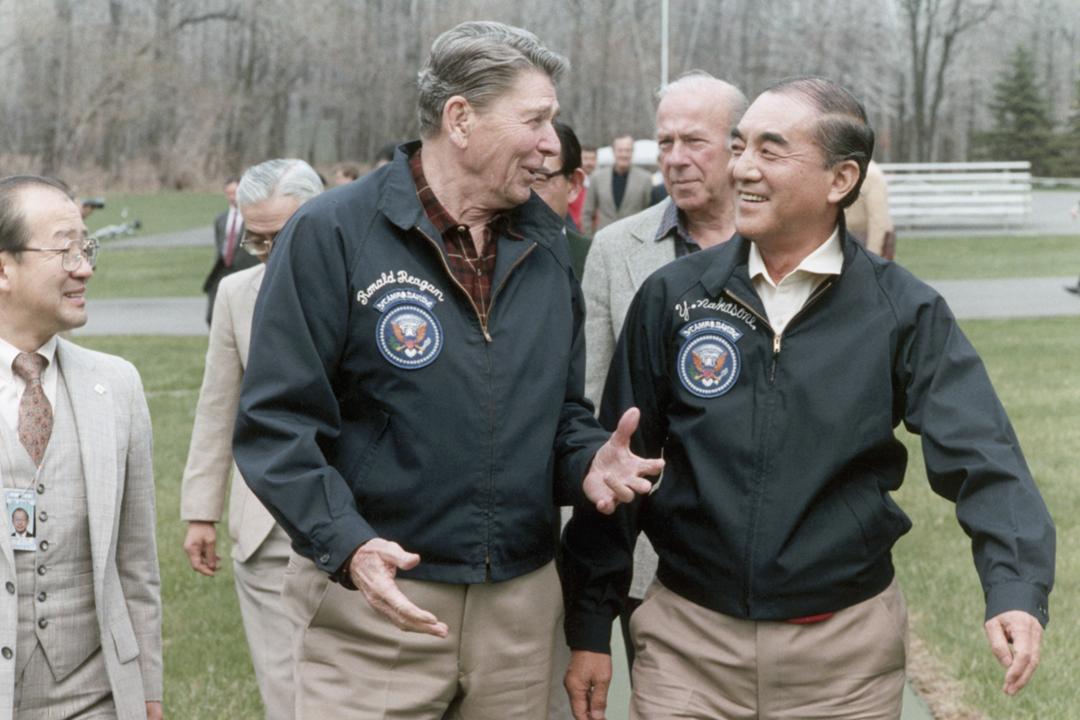 中曾根康弘擔任日本首相期間,與同期的美國總統列根(Ronald Reagan)關係密切。圖為1980年代中曾根訪美期間,與列根在大衛營會面。 圖片來源:Corbis via Getty Images