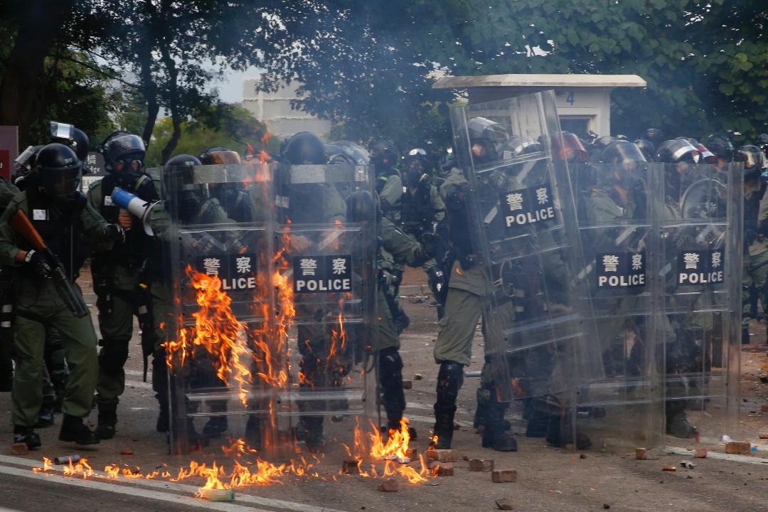 2019年11月12日,警方進入香港中文大學,示威者投擲汽油彈。