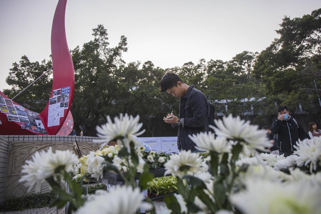 2019年11月8日在香港科技大學,有學生、教職員及市民獻上白花及低頭默哀,以悼念日前墮樓、延至當日早上不治的科大學生周梓樂。