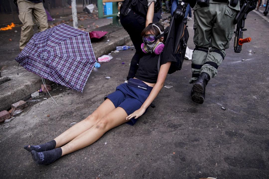 2019年11月18日,示威者試圖離開理大校園,警方在科學館道暢運道一帶追捕嘗試突圍的人。