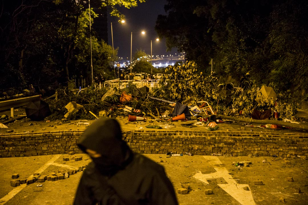 2019年11月13日,香港中文大學祟基門外有磚牆躲起。