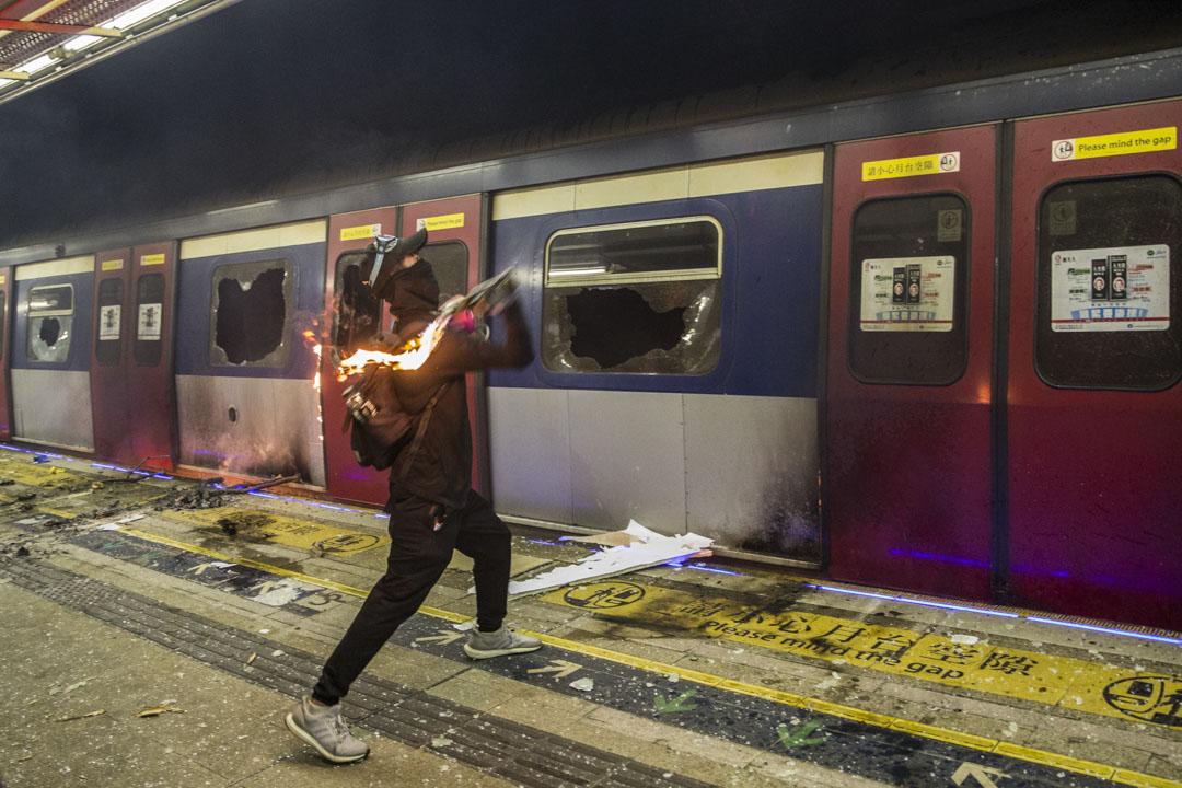 2019年11月,示威者破壞一列停駛中的港鐵列車。