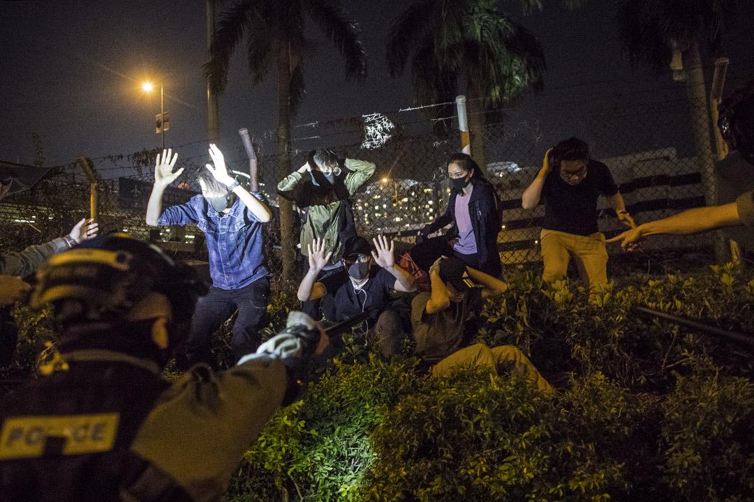 示威者由理工大學逃走時被防暴警察拘捕。