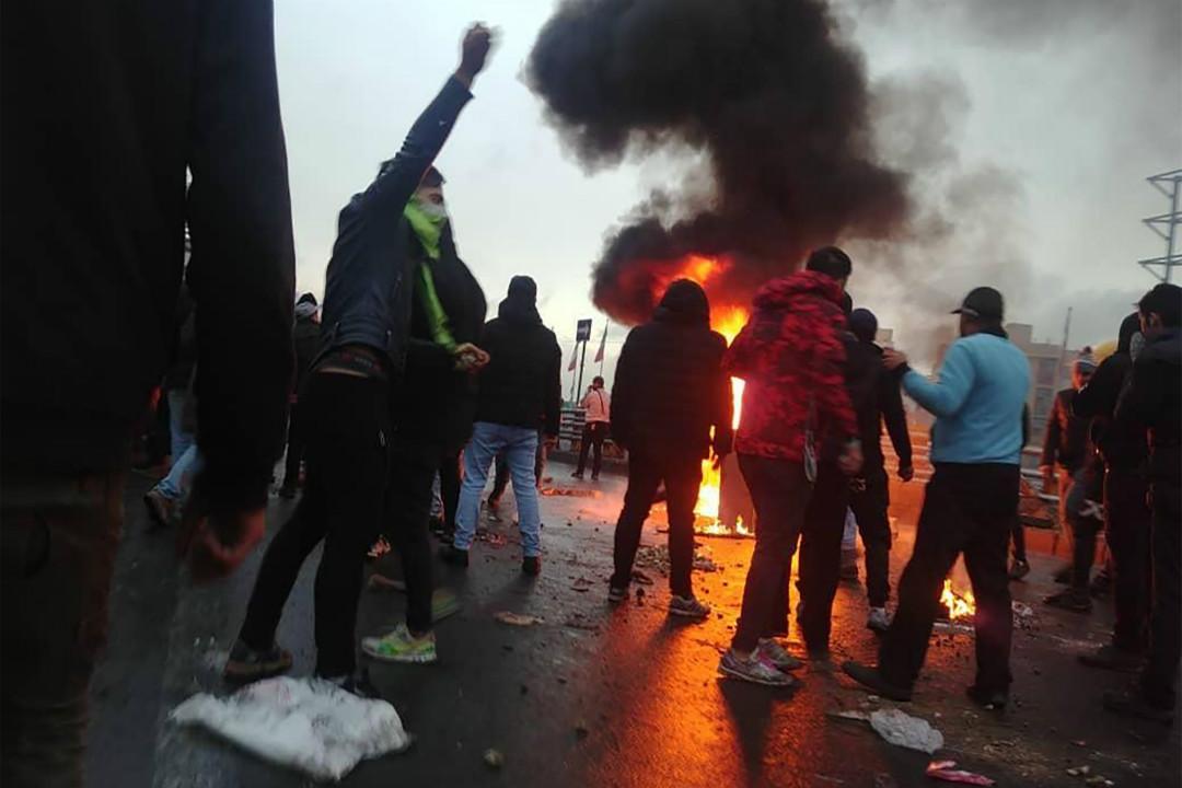 2019年11月16日,伊朗首都德黑蘭民眾縱火抗議汽油價格上漲。 攝:Getty Images