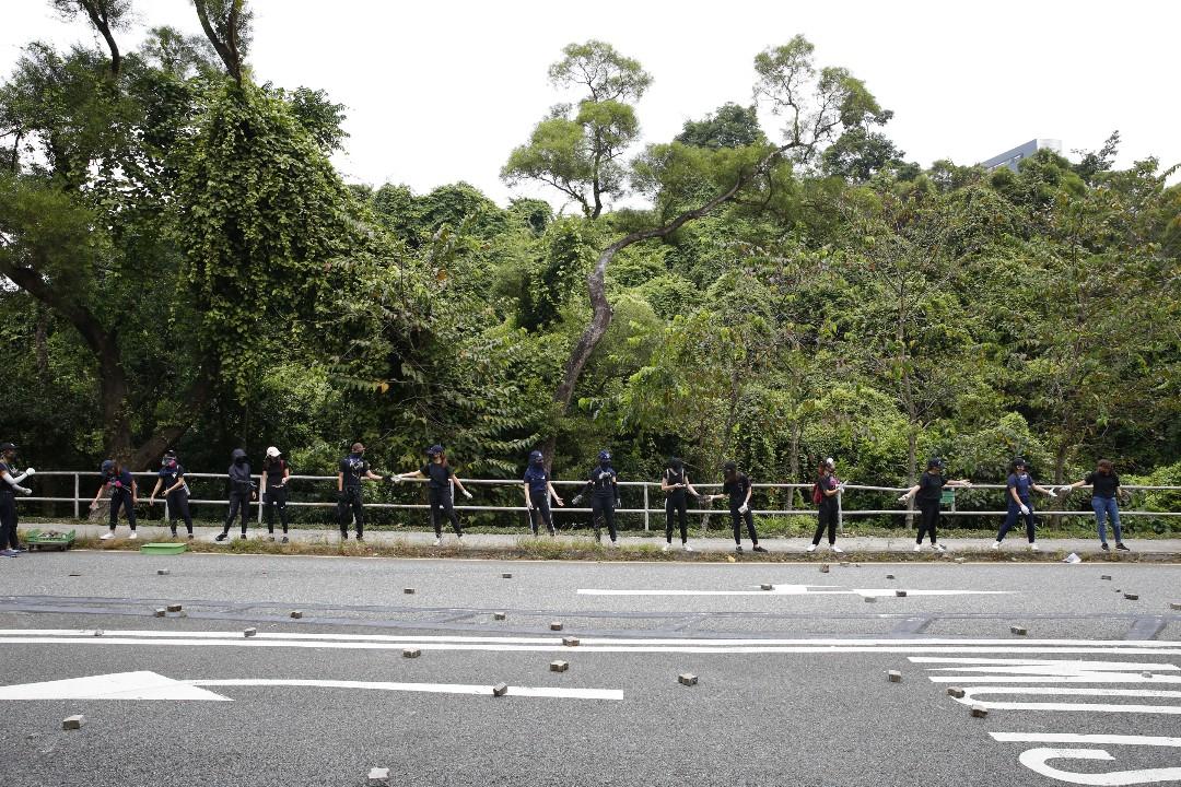 2019年11月12日,香港中文大學,示威者組成人鏈運送物資。