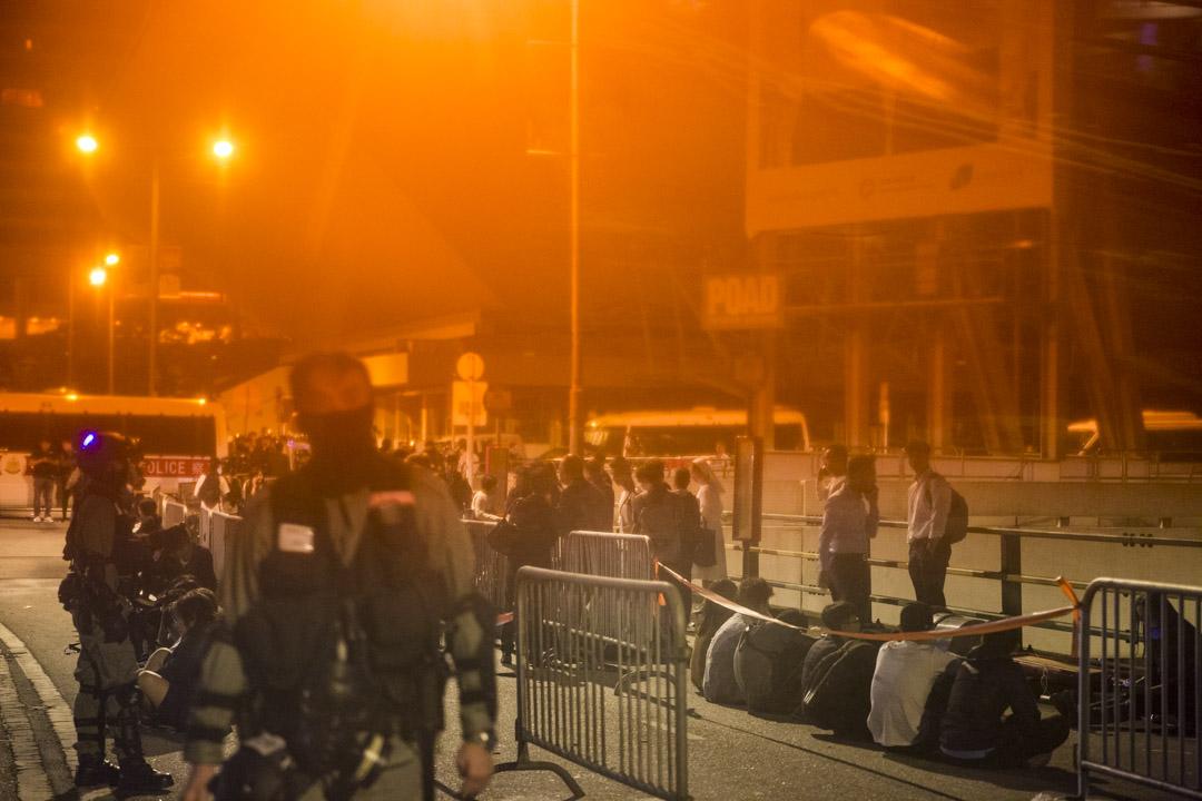 2019年11月19日,凌晨3時,多名留守人士經遊說後離開理工大學。