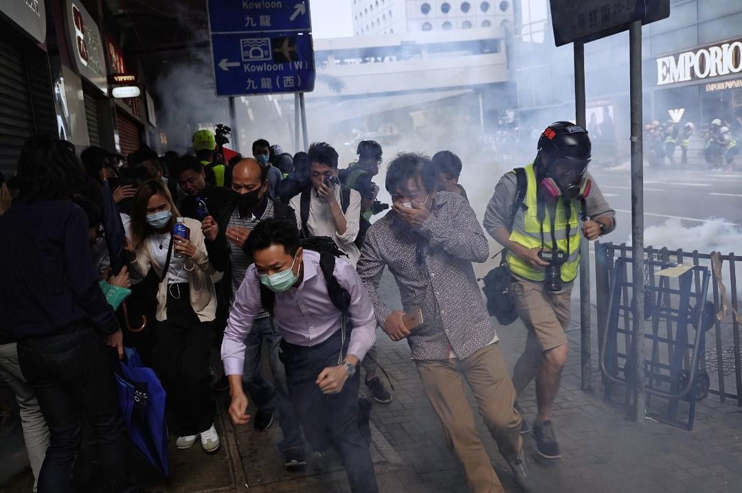 2019年11月12日,市民在中環發起「和你lunch」行動,警方發射催淚彈。