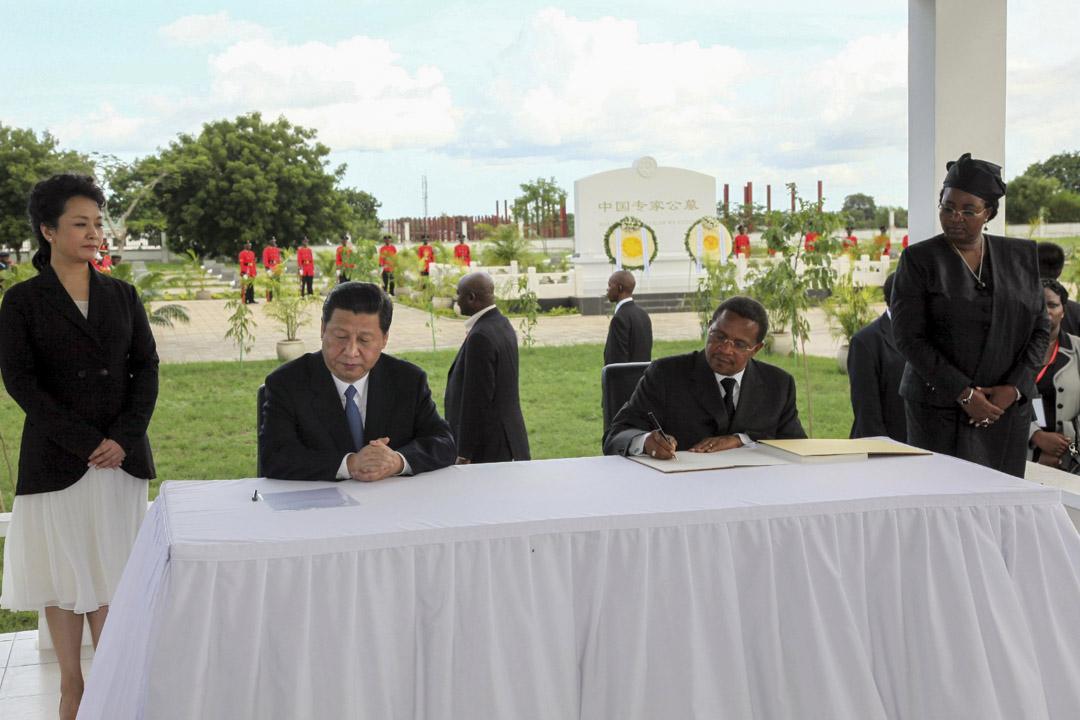 2013年3月25日,坦桑尼亞總統基奎特(Jakaya Kikwete)於與中國國家主席習近平在坦桑尼亞墓園,墓園埋葬了不少曾修建坦贊鐵路而意外喪生的中國工人。
