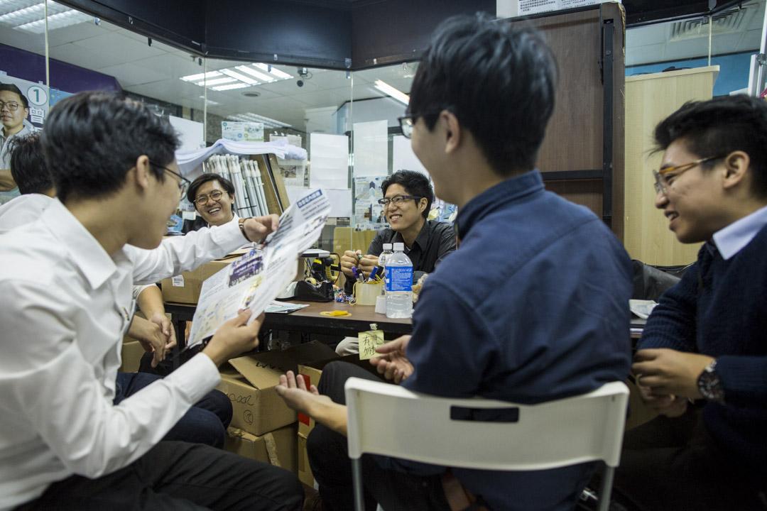 屯門「十一素人」在庶民氣息甚重的澤豐花園商場合租的辦公室,室內放滿了各人的宣傳單張和選舉通函,坐下來,他們開始討論各人的烏龍事。