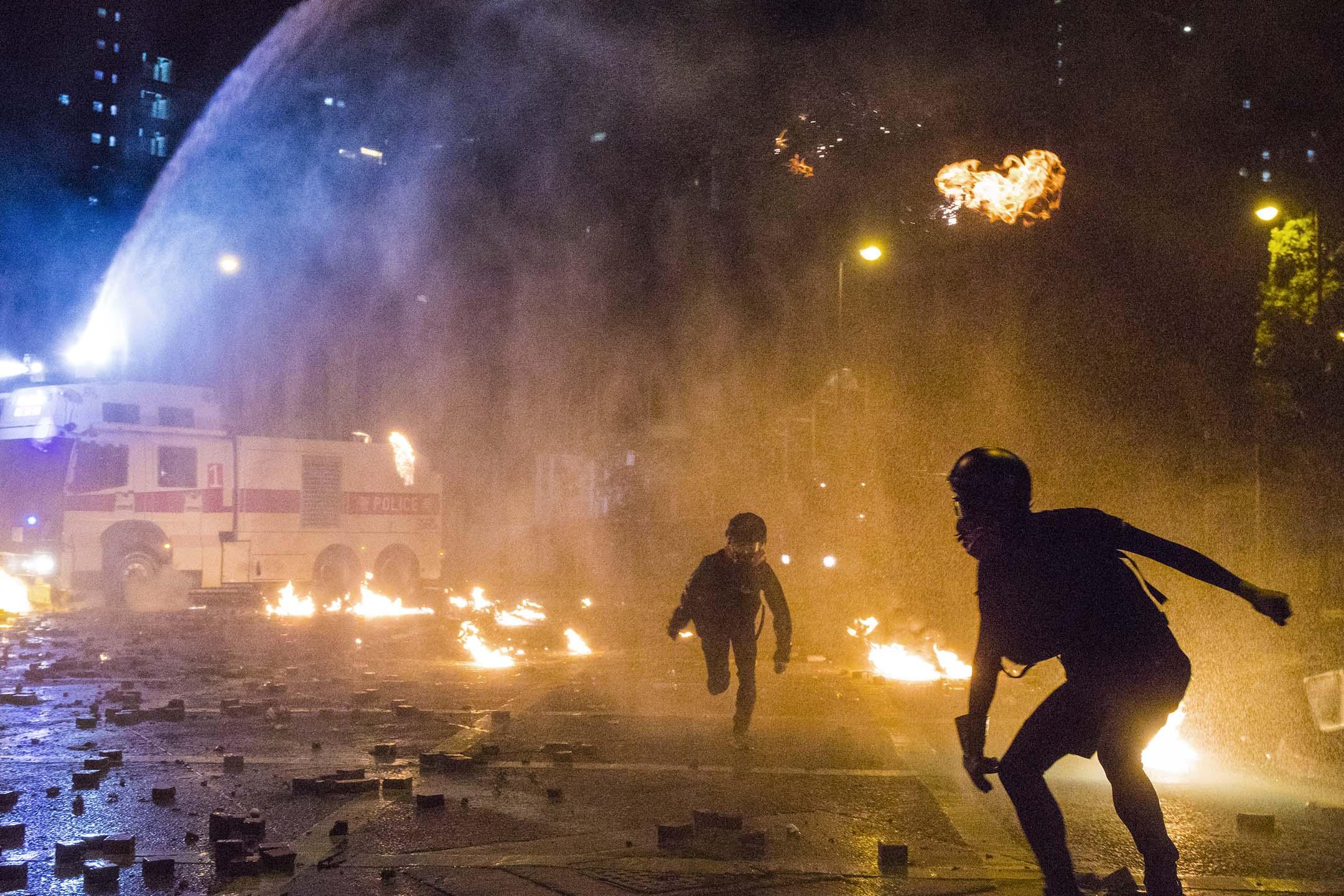 2019年11月18日凌晨,示威者與警察對峙期間,香港理工大學校園內多處起火。