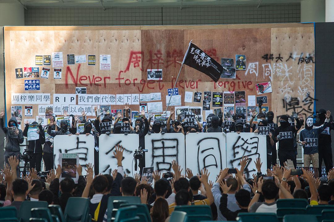 11月8日下午,香港科技大學校園,同學自發為今晨去世的周同學舉行悼念會。