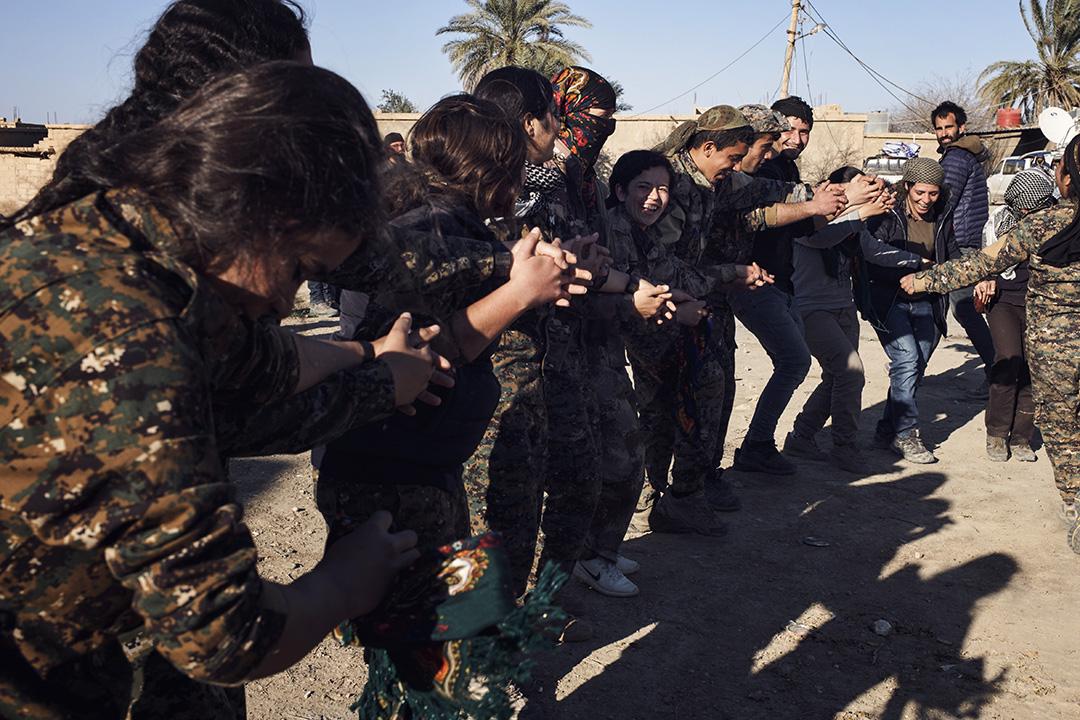 3月8日婦女節當天,一群「婦女保衞軍」士兵和到訪的國際記者在剛剛收復滿一個月的蘇塞鎮跳起了集體舞。