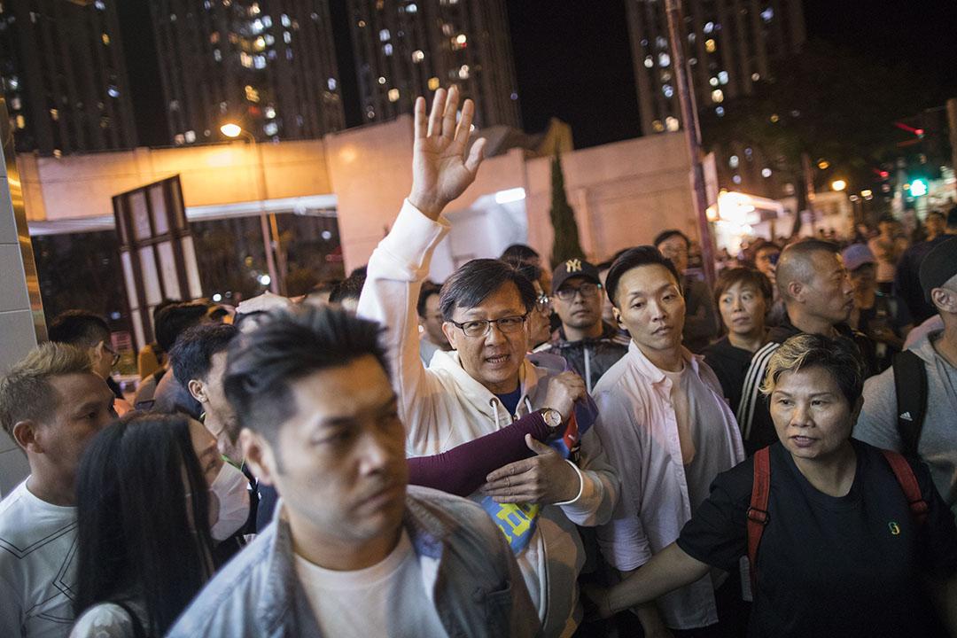 2019年11月24日區議會投票日,入夜,參選屯門樂翠選區何君堯候選人正在拉票。同區候選人為盧俊宇、蔣靖雯。