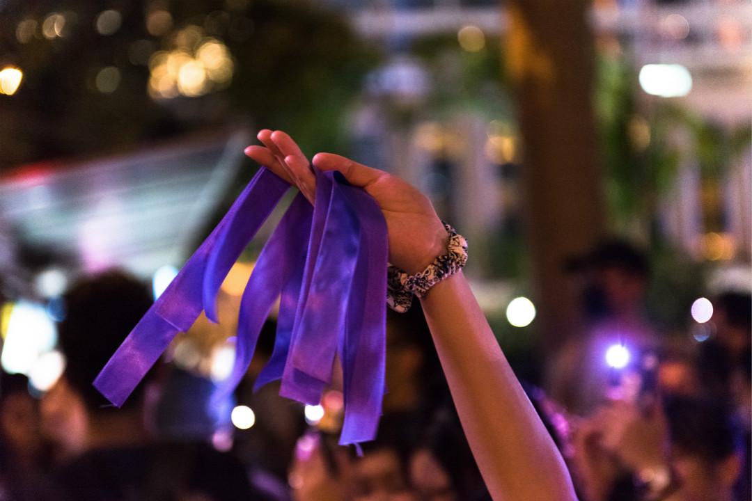 2019年8月28日,香港反修例示威者在集會中分發紫色絲帶,象徵抗議警察在處理運動期間的性暴力。 攝:Aidan Marzo/Getty Images