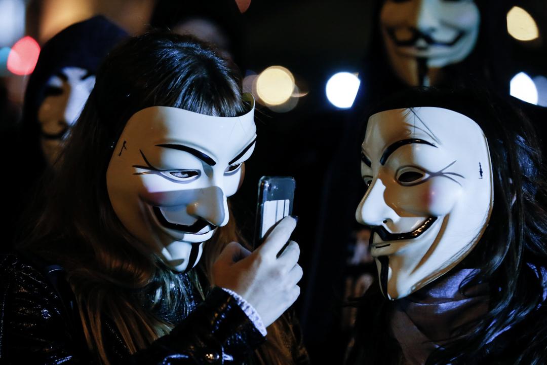 西班牙一個示威中,示威者使用手機拍攝。 攝:Pau Barrena/AFP via Getty Images