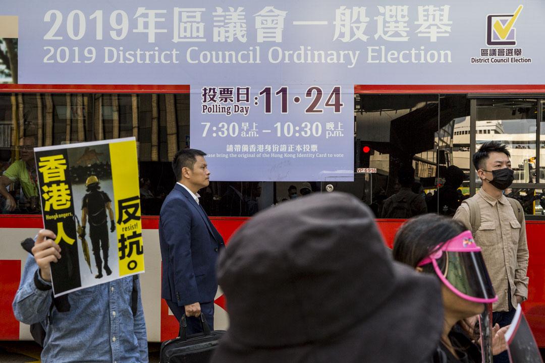 2019年11月8日,中環快閃遊行,期間一架印有區議會選舉廣告的巴士被影響停在馬路中。 攝:林振東/端傳媒