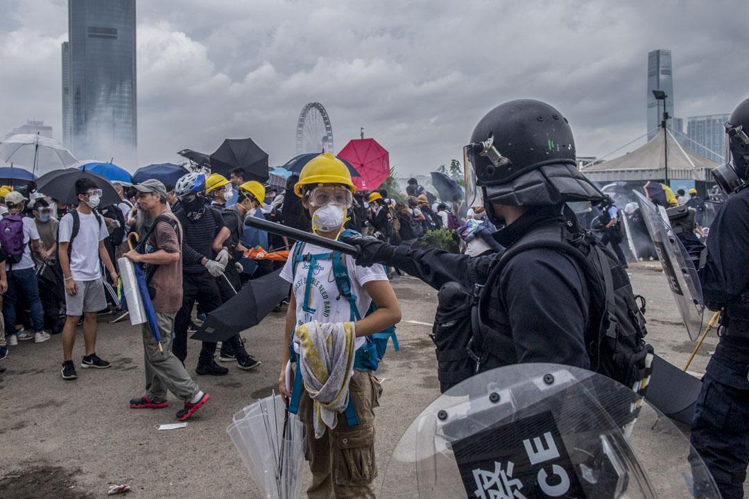 2019年6月12日,警方進行金鐘夏慤道的清場行動,一名女示威者在防暴警察前。