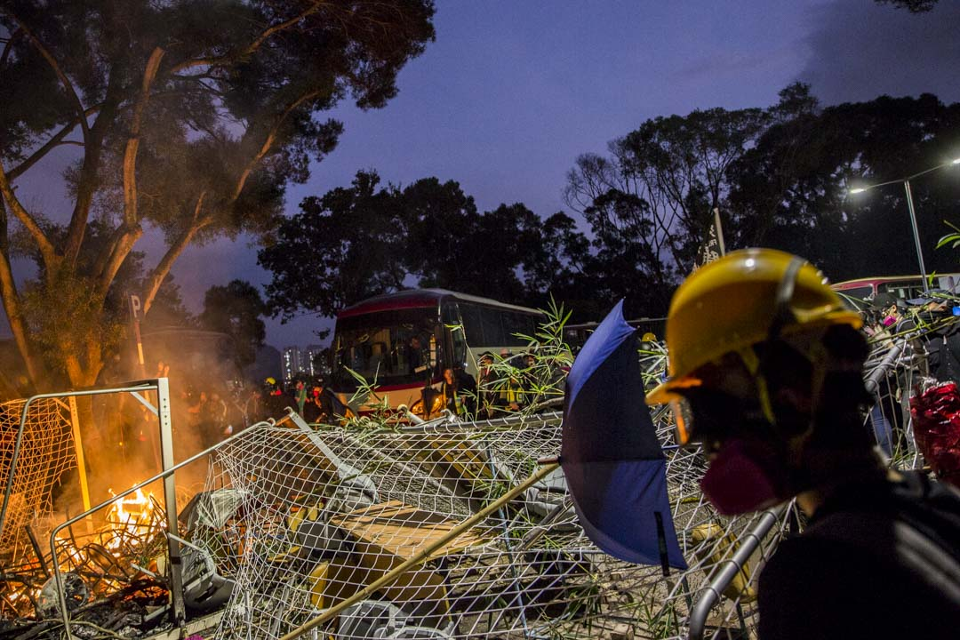 2019年11月12日,香港中文大學有物品被焚燒。 攝:林振東/端傳媒