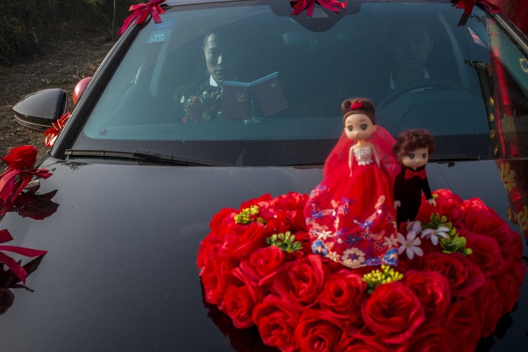 小彬的花車隊從河南東部農村的家開車到婚介公司的「娘家」接新娘。