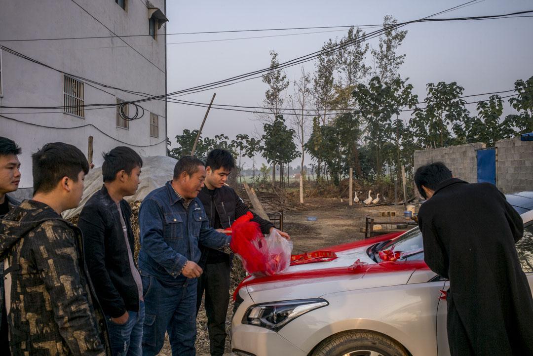 小彬在村子裡的朋友們,於婚禮當天忙著佈置花車。