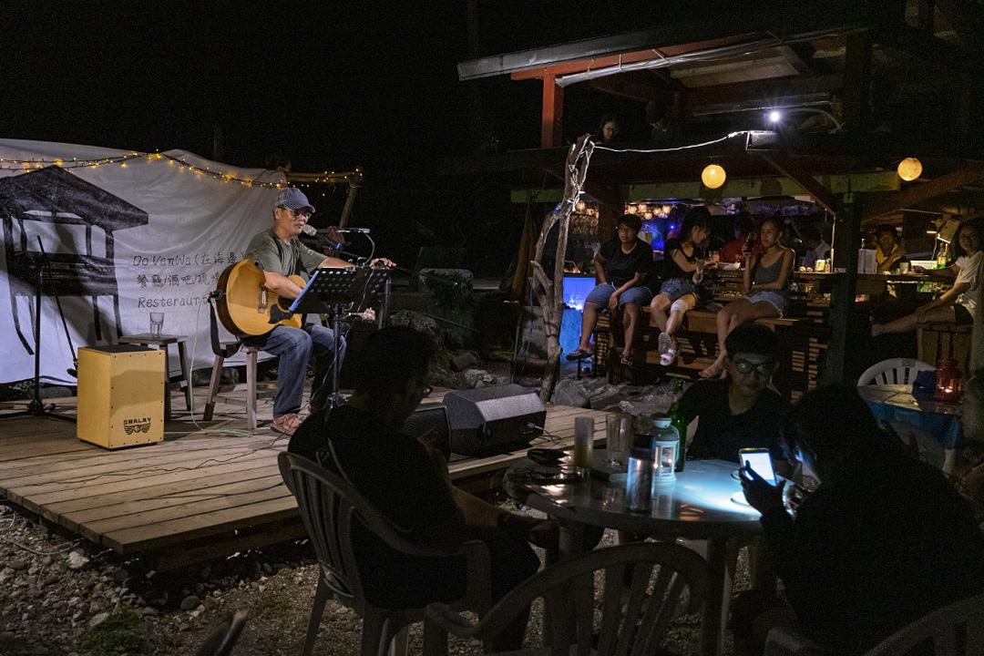 謝永泉在蘭嶼朗島部落的Do Vanwa音樂餐廳演出。