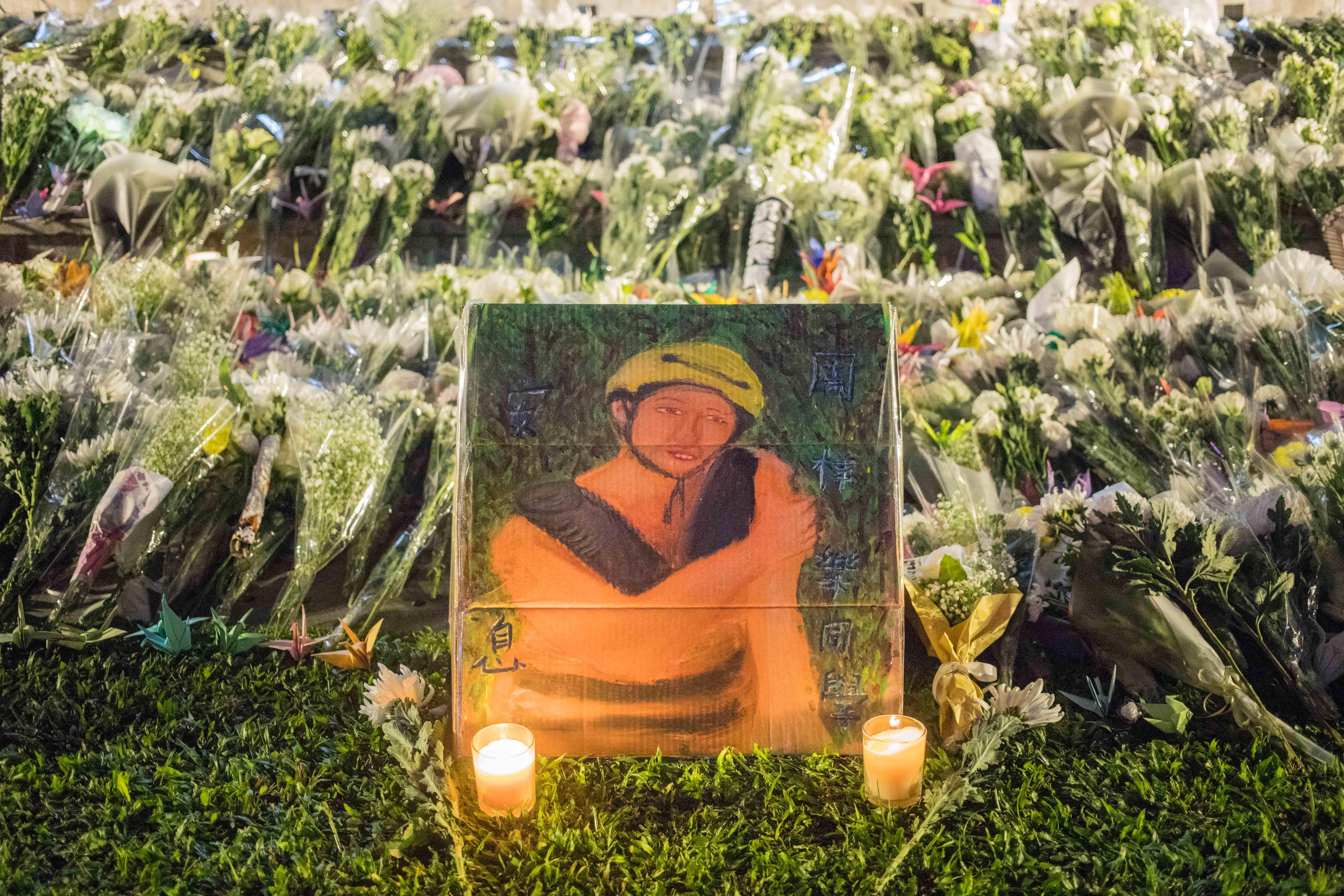 2019年11月,民眾在添馬悼念墜樓身亡的周梓樂。