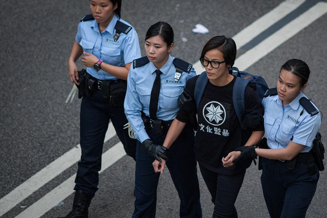 2014年12月11日,香港金鐘政府總部附近,警察拘捕何韻詩。