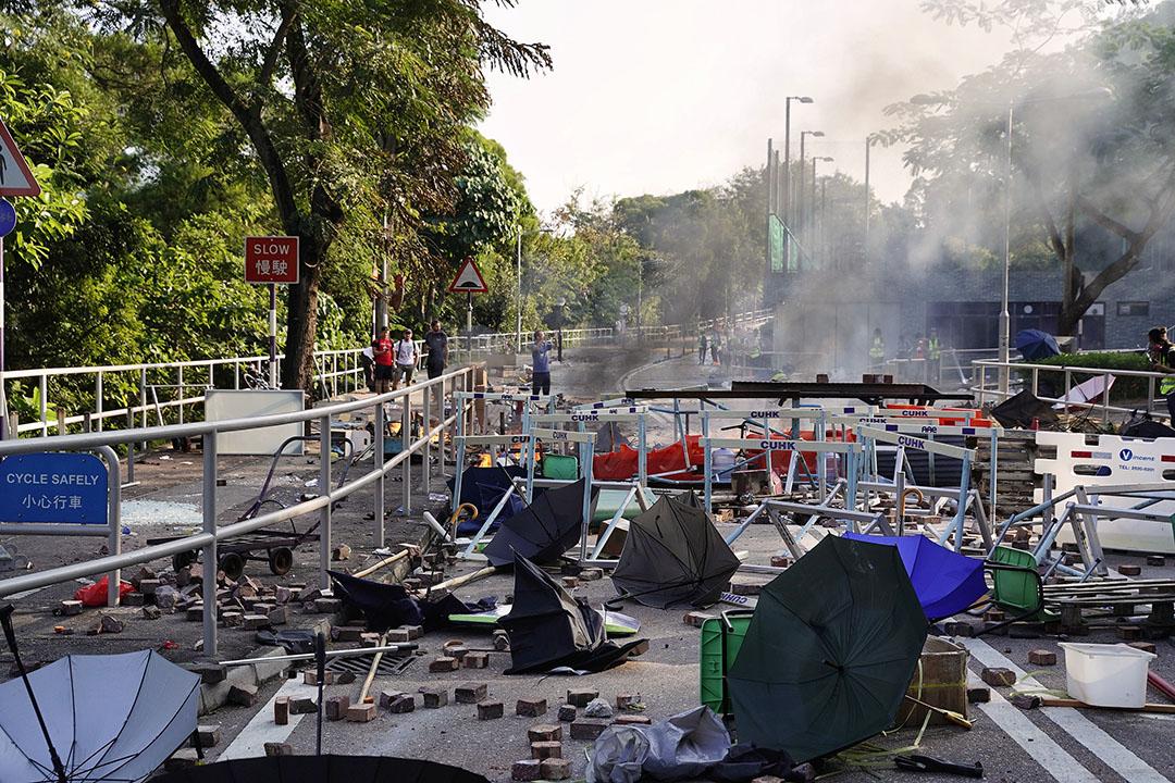 11月11日,下午,香港中文大學,示威者用雜物製作路障與警方對峙。