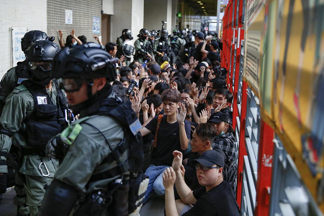 2019年11月2日,警察在灣仔修頓球場附近拘捕大批示威者。
