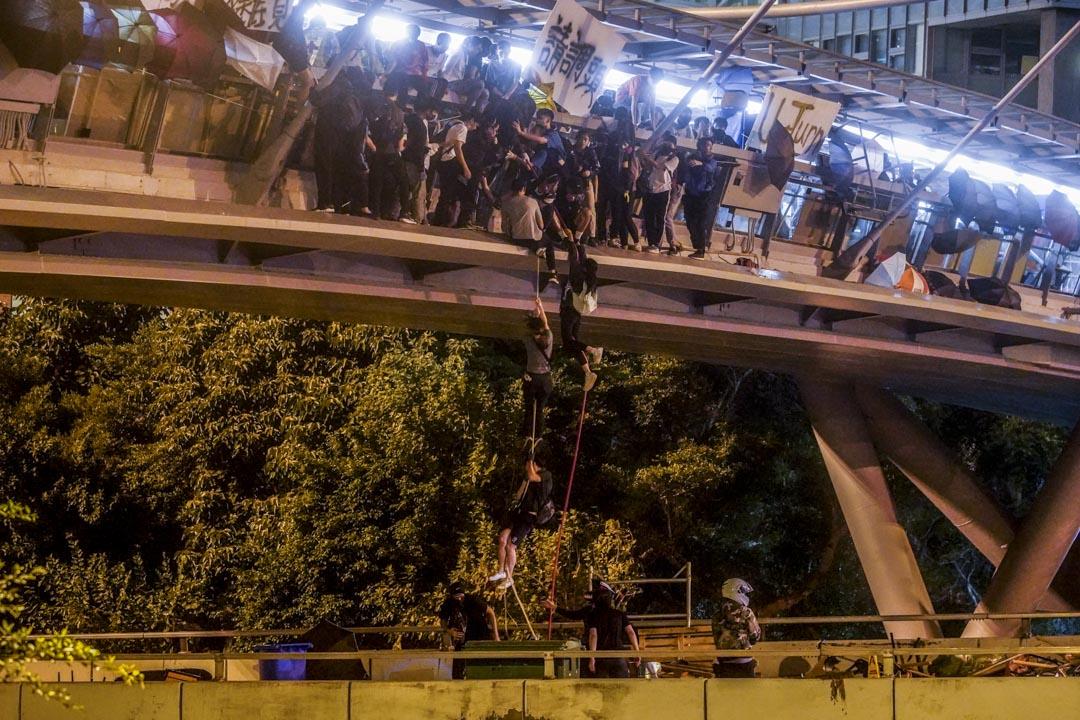 2019年11月18日,一批留守者嘗試從理大天橋游繩脫困。