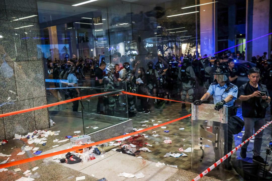 2019年11月3日,香港太古城商場入口處發生持刀傷人事件,地上留下大量血跡。 攝:Vivek Prakash/Getty Images
