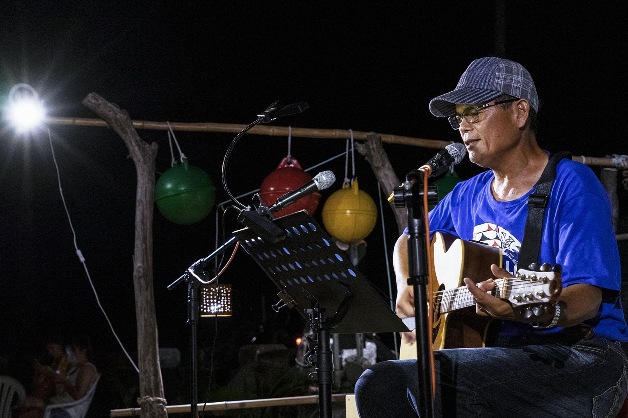 謝永泉在蘭嶼朗島部落的Do Vanwa音樂餐廳演出。 攝影:鄭宇騏