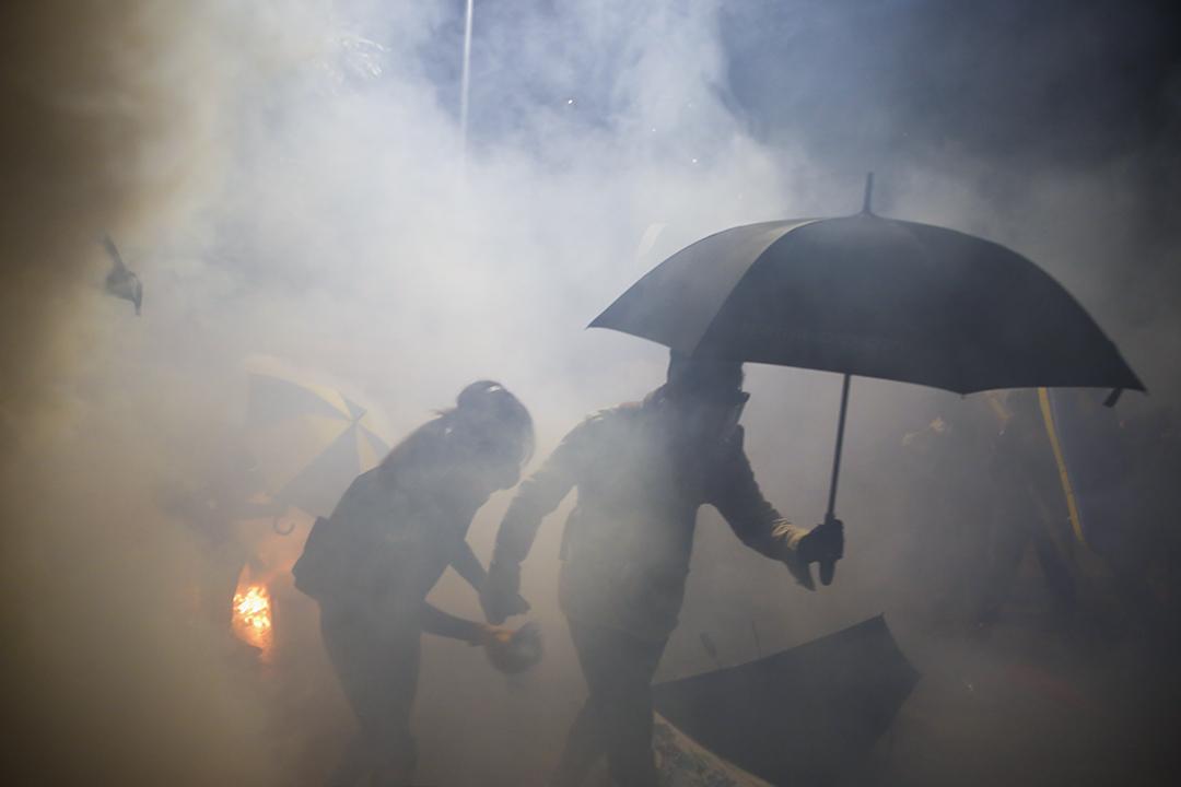 2019年11月12日,警方進入香港中文大學,與示威者對峙。