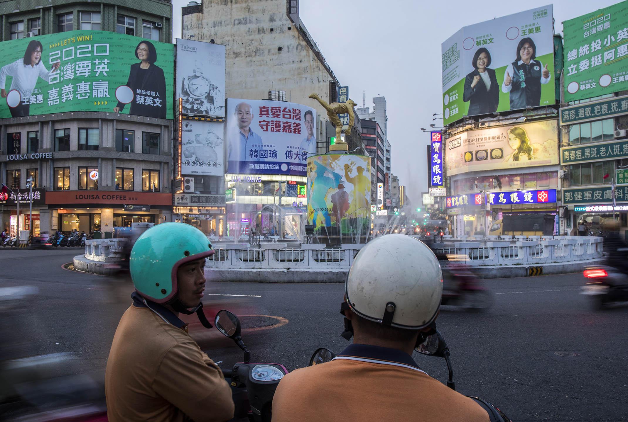 2019年11月1日,台灣嘉義巿中心掛上政黨的選舉廣告。 攝:陳焯煇/端傳媒