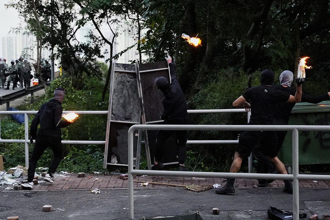 11月11日,下午六點左右,香港中文大學,示威者向警方方向扔燃燒彈。