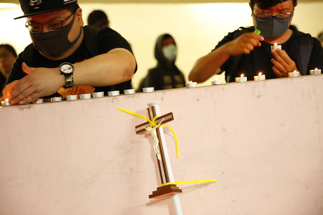 11月8日晚上,將軍澳尚德停車場,市民自發為早前在此墮下、今早離世的科大學生周梓樂獻上蠟燭和十字架。