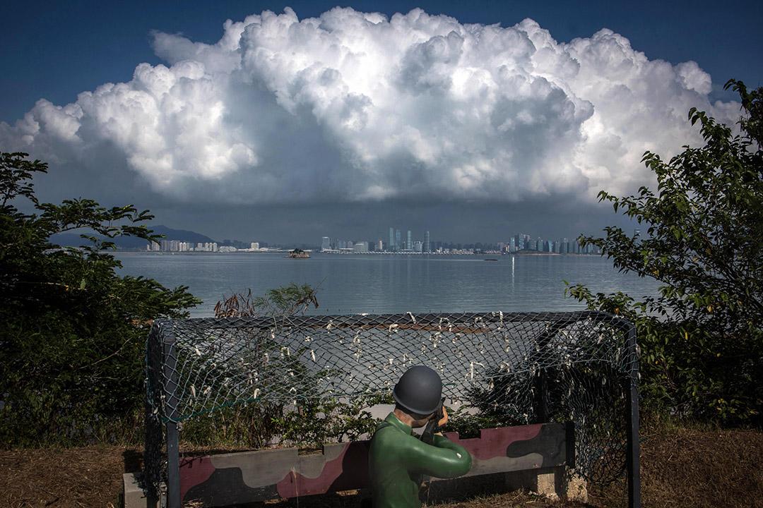 2019得獎作品《孤獨的哨站 60年後的金門》。2018年8月20日,小金門海岸上的假士兵,槍口對準中國廈門市。