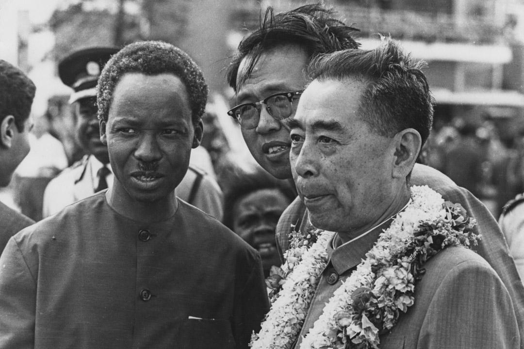 1965年,坦桑尼亞總統尼雷爾(Julius Kambarage Nyerere)迎接中國國家總理周恩來的到訪。
