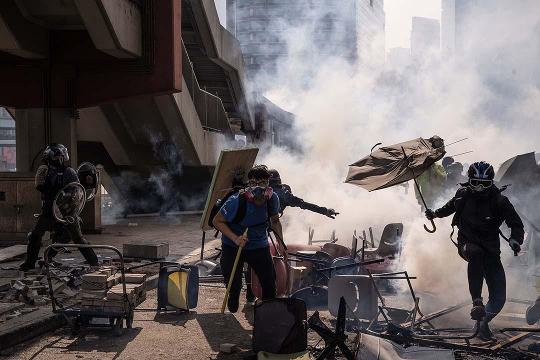 2019年11月18日,理工大學附近,防暴警察與示威者對峙。