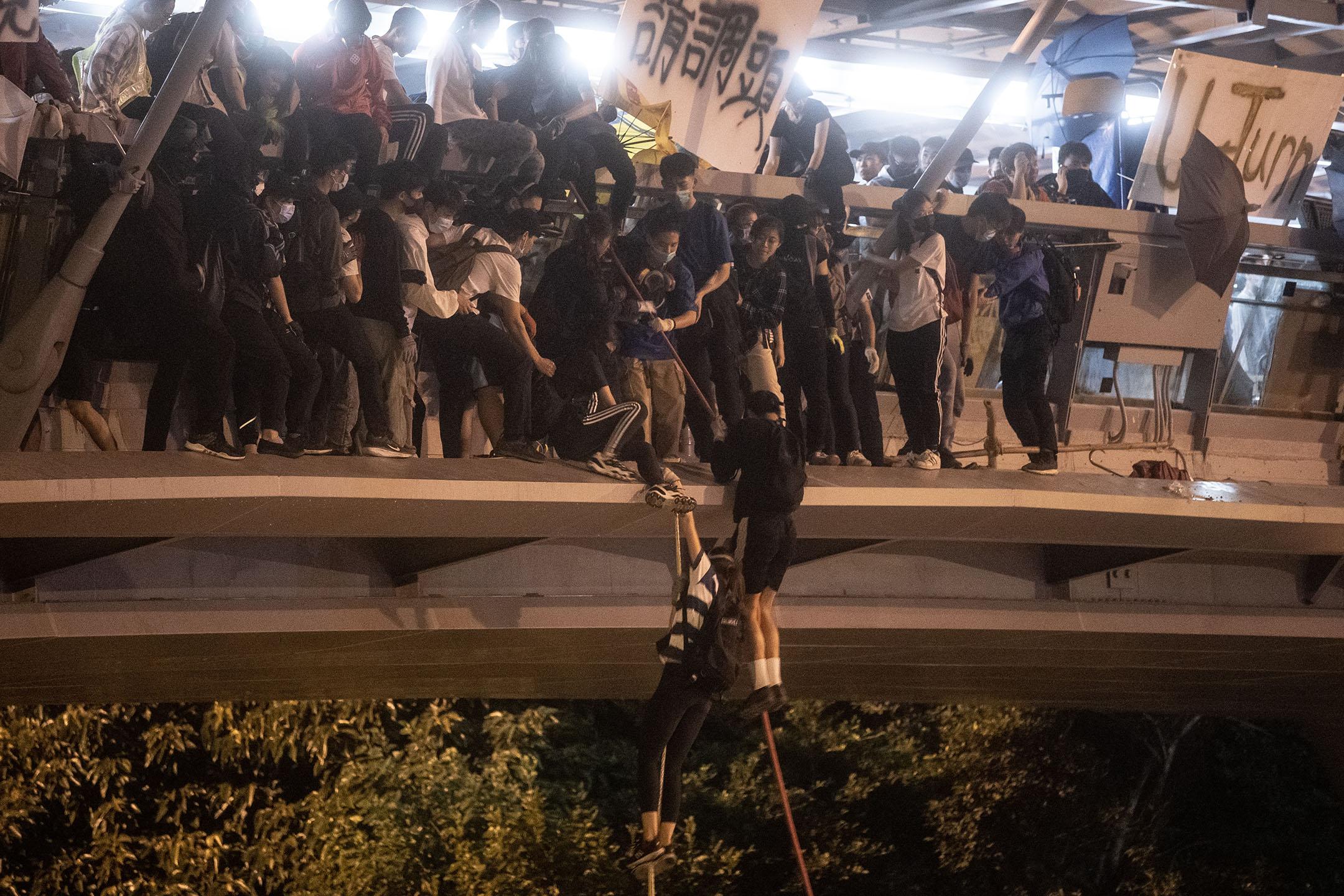 2019年11月18日,晚上九時左右,有示威者由天橋游繩到加士居道,再由義載電單車司機接走。
