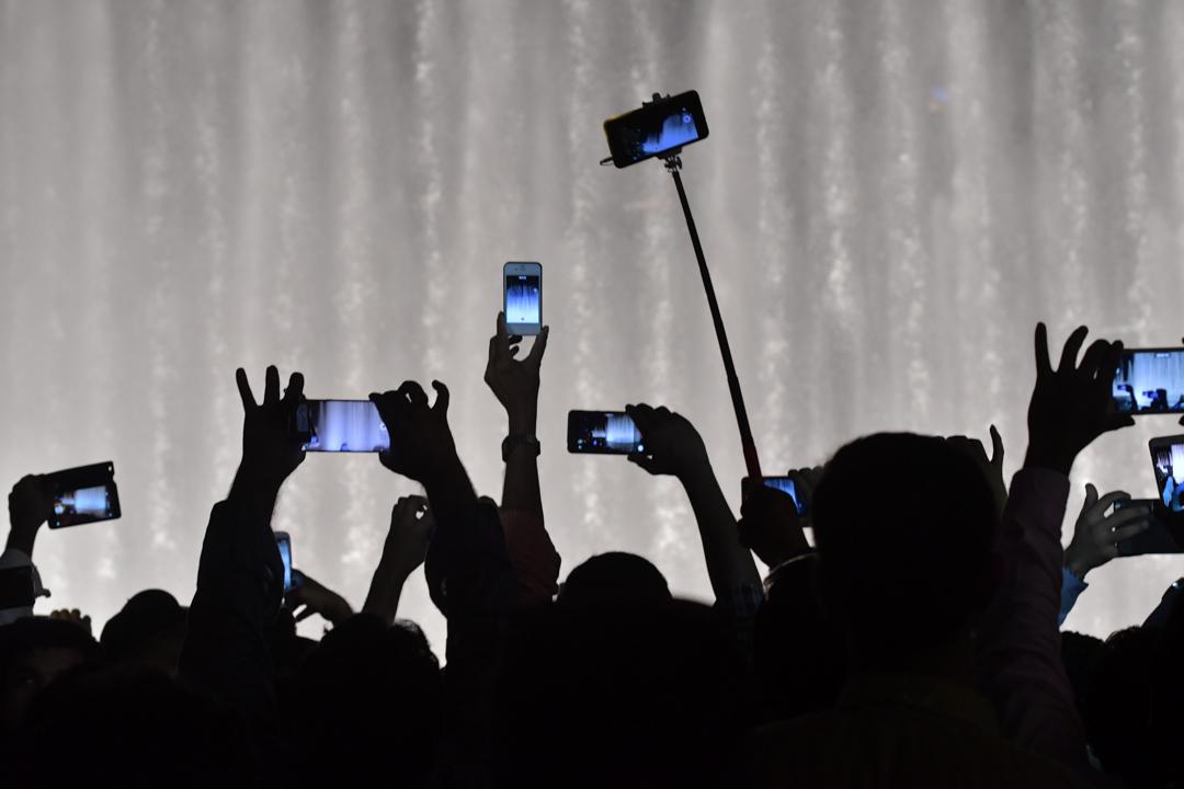 群眾正在使用手機拍攝。