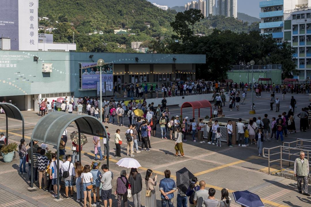2019年11月24日區議會投票日,沙田瀝源邨市民排隊投票。 攝:林振東/端傳媒