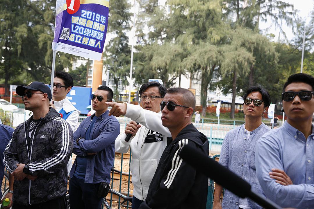 2019年11月24日區議會投票日,參選屯門樂翠選區何君堯候選人,身邊有保安護衛。
