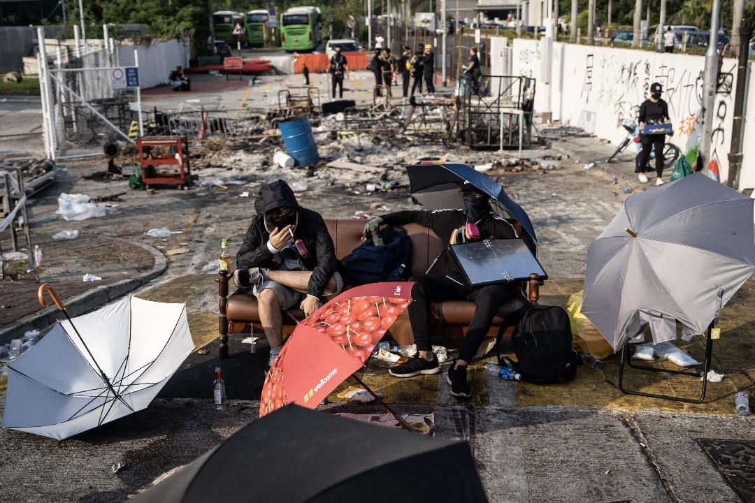 2019年11月13日,警方撒出中文大學後,示威者在二號橋上休息。 攝:廖雁雄/端傳媒