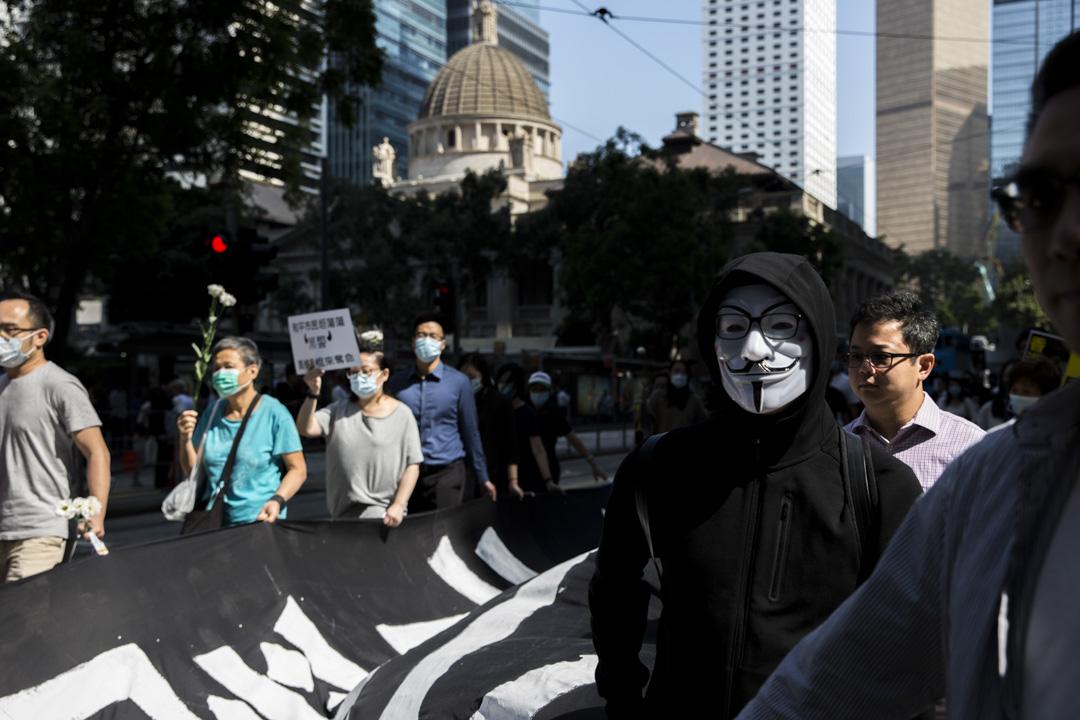 2019年11月18日,香港高等法院頒下書面判詞,裁定《緊急情況規例條例》在「危害公安」的情況下使用屬違反《基本法》,《禁蒙面法》對基本權利的限制超乎合理需要亦屬違憲。香港警方隨後即時暫停執行《禁蒙面法》。 攝:林振東/端傳媒