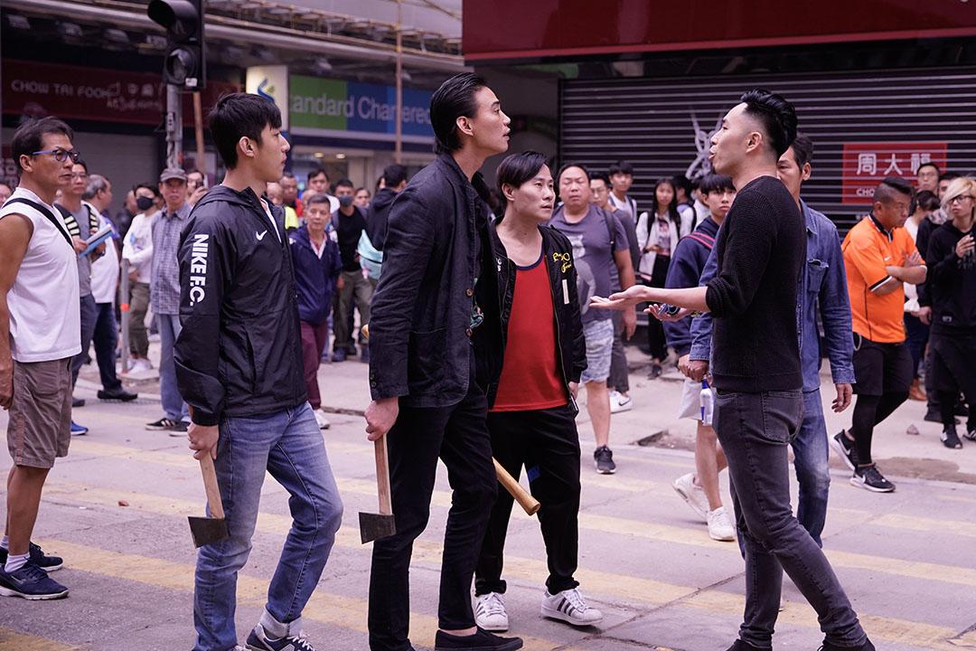 2019年11月19日,旺角,約下午四時半,有蒙面人士在彌敦道設置路障,有三名持斧頭及木棍男子出現指罵途人,及後離去。