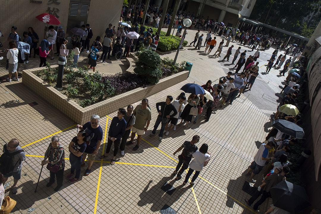 2019年11月24日區議會投票日,中午12點左右,太古,市民排隊投票。