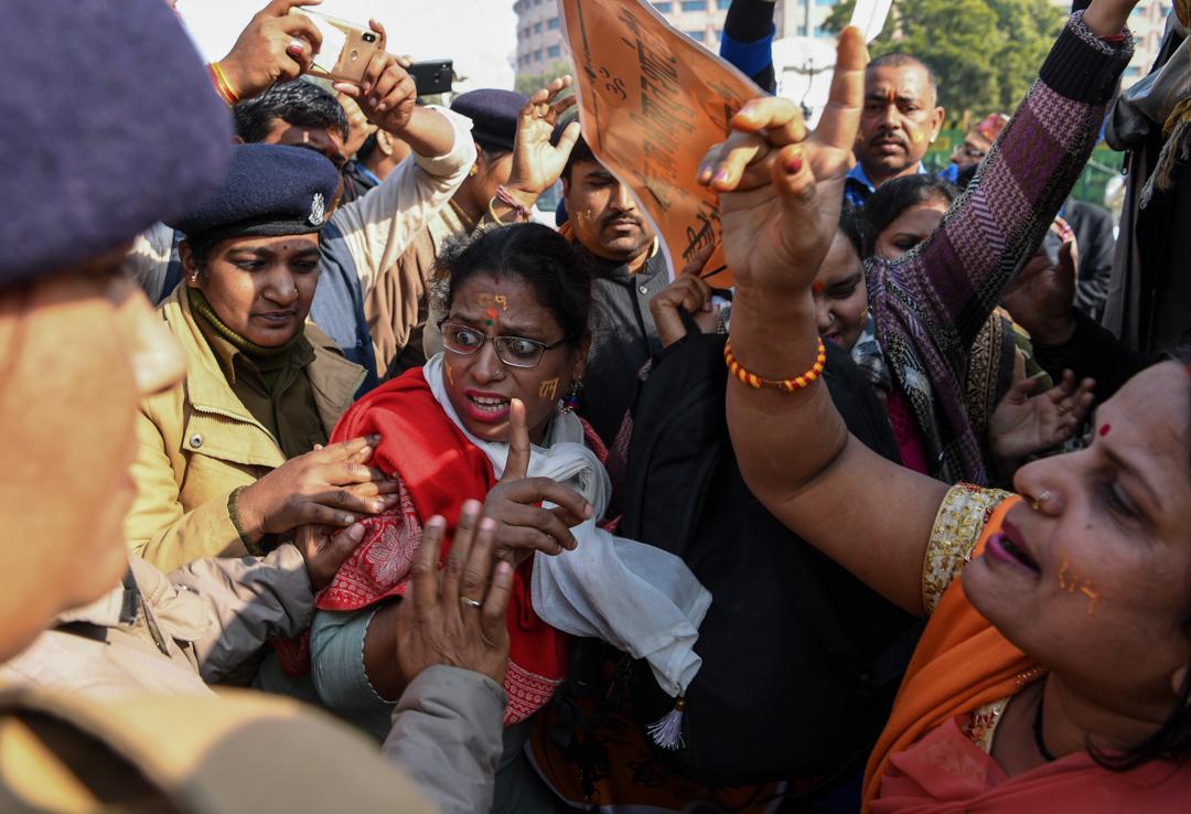 2019年1月10日,印度教徒聚集在印度最高法院外,抗議法院就重建巴布里清真寺進行聆訊。