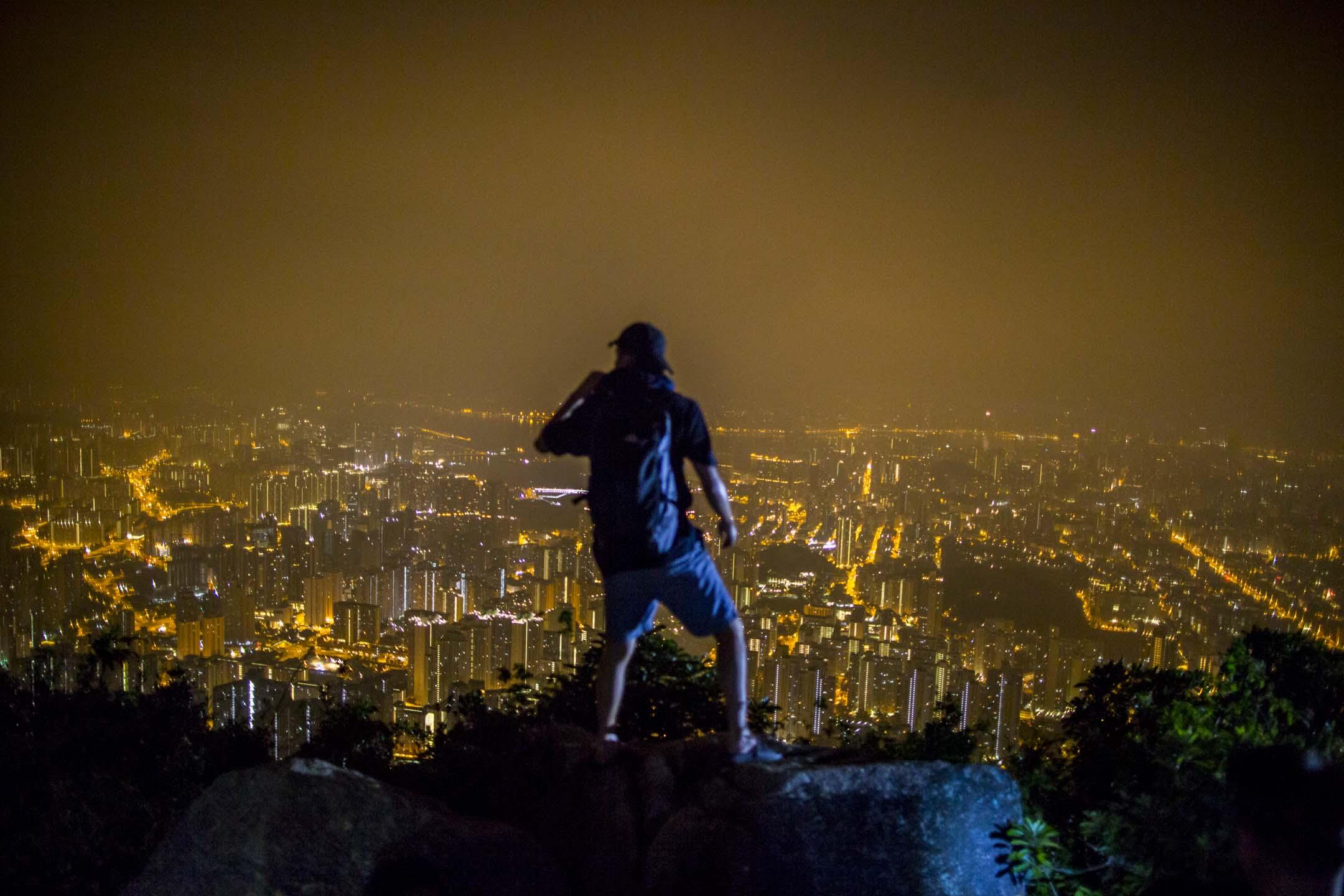 2019年10月13日,一名香港人站在獅子山上。 攝:林振東/端傳媒