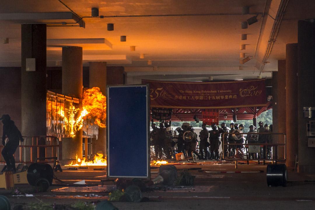 2019年11月11日,網民發起全港「大三罷」行動。示威者以理大作據點堵塞紅隧,警方首次進入大學,並將催淚彈射入校園。